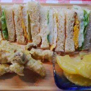 ジャンボシメジ揚げと・・イカハンバーグのサンドで朝食。