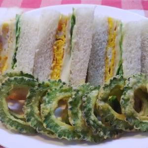 ゴーヤーリング揚げを添えて白身魚サンドで朝食。