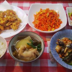鮭皮の甘辛ソテーと人参シリシリと豚足汁でお昼ごお昼ご飯。