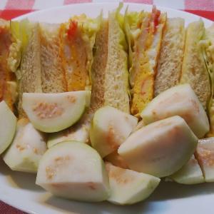 カニカマ卵サンドで朝食。