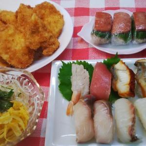 にぎり寿司とチキンカツとオートミールの青しそポークおにぎりでお昼ご飯。