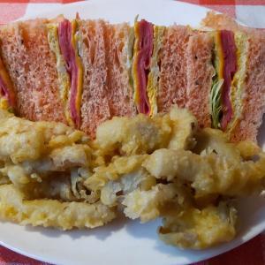 朝食・・ドラゴンフルーツパンのビアハムサンドイッチ。
