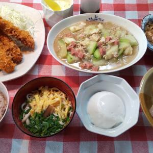 エビフライのタルタルソースとヘチマ炒めと軟骨ソーキでお昼ご飯。きょいは