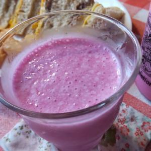 ニラの花の季節・・ドラゴンフルーツとバナナのスムージーとイワシ缶のサンドで朝食。