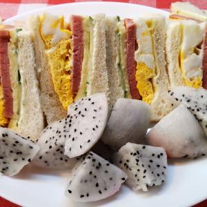 白いドラゴンフルーツとポーク卵サンドで朝食。