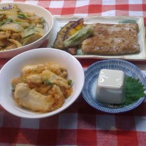 鮪ステーキと鶏のチリソースと赤瓜の味噌炒めでお昼ご飯。