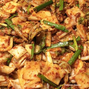 韓国語の発酵食本を読みながらキムチを味わう時間,充実しています!