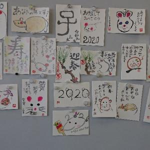 絵手紙教室で年賀状もかいてもらう