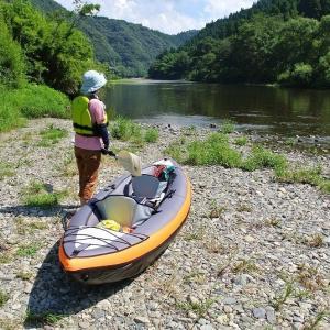 奇跡の清流 小川でカヌーを漕ぐ