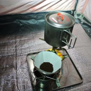 今朝、氷点下のテントの中でのコーヒー