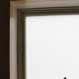 浴室の窓に目隠しシートを貼りました♪