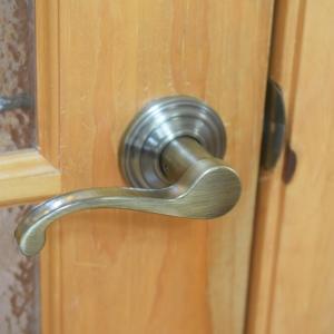 【DIY】リビングのドアノブを簡単付け替え!今度はドアレバーにして開けやすく♪