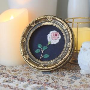 【樋口愉美子さんの刺繍】アンティークな額縁に小さな薔薇の刺繍を♪