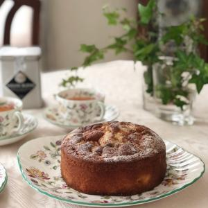 ブラムリーアップルとルバーブのクランブルケーキ