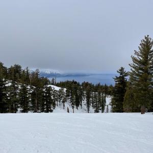 現在の状況下でも楽しめるレイクタホにてのスキー