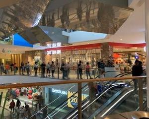 ショッピングセンターも大賑わい