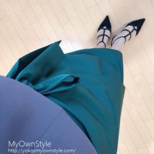 緑と紫の配色コーデに黒を散らして50代アラフィフファッションコーディネート