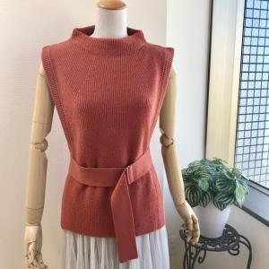 変形ニットベストとチュールスカートで50代アラフィフファッションコーディネート