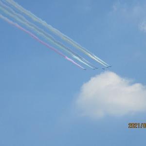 志村ビル上空を通過した5色のブルーインパルス