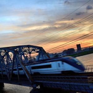 夏至の時期の夕焼けと荒川橋梁を渡る京成電車