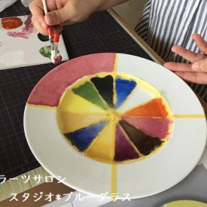 最初の課題、テクニック満載の上絵の具色見本プレート