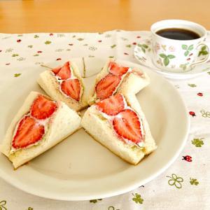 あまおうサンドで朝ごぱん