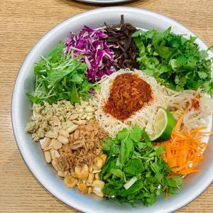 カラフルな野菜たっぷりエスニック和え麺