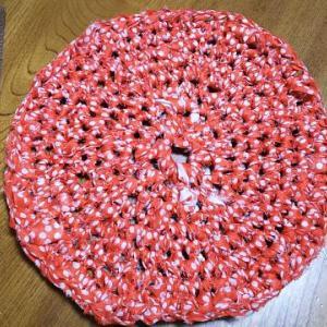変な形のはぎれをぐるぐる編んで鍋敷きに