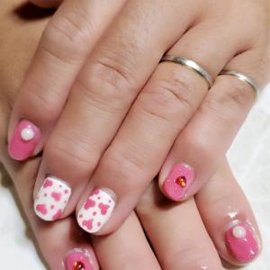 ホワイト&ピンク手描きピンクハートネイル