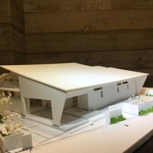 ~深い軒の外部空間とパティオで子育てを楽しむ~『風景を包み込む大屋根の美しい家』の模型をホームページに記載しました