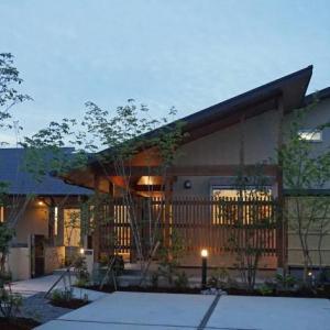 平屋住宅の外観…大屋根の美しい和モダンの家