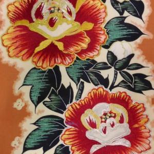 秋色牡丹の小紋と刺繍入り牡丹の名古屋帯
