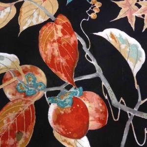 秋色の刺繍入り小紋付け下げに柿やモミジの帯とフルーツバスケットの帯留めを