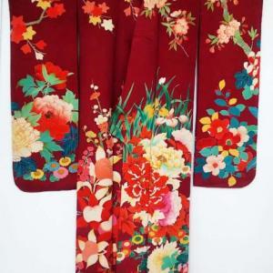 おさんぽきもの中目黒販売予定商品・赤紅に和の花々の逸品振袖、貝合わせの丸帯