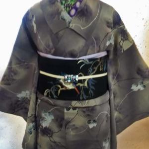 松と蔦の大人小紋と小紋とカワセミの刺繍帯にストライプの羽織