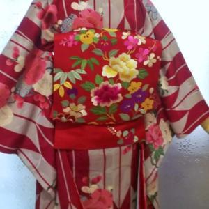 矢羽に牡丹と梅の小紋にカラフル百花の刺繍名古屋帯