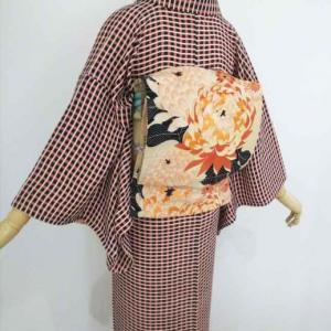 ミルクティ色の格子紋錦紗に菊の刺繍入り染め帯