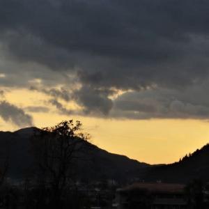 雨が降って寒い土曜日。夕暮れ時の散歩。スリッパで「持ってきて」