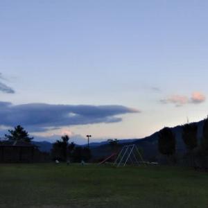 今日も暑い日でした。夕方の散歩では、茜色の雲。スリッパで「持ってきて」