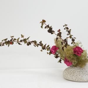 石のような花器に☆生徒様のレッスン作品