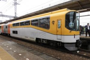 団体専用列車「楽」号のリニューアルを記念して、有料試乗会、有料撮影会が開催。【近畿日本鉄道】