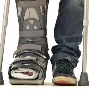 新型の松葉杖『Crutch Factor』があれば車の中でも松葉杖がコンパクトに収まる!