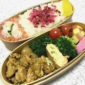 豚肉のカレー炒め弁当。赤蕪漬け
