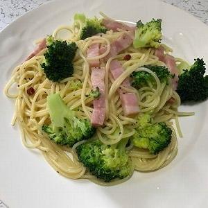ベーコンとブロッコリーのスパゲッティ。家族のピンチ