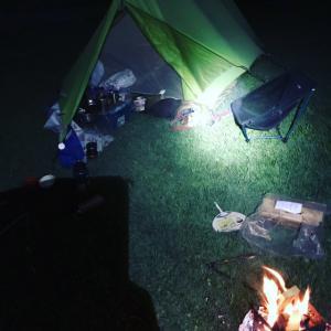 テント入り口前で寝るデイジー😍