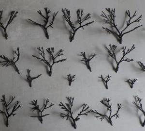 続く樹木製作と植樹作業