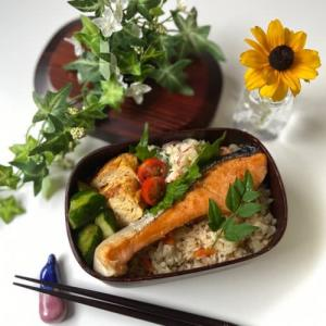 炊き込みごはんと鮭のお弁当
