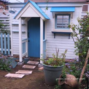 バラの庭の小さな家(パーゴラハウス)。 杉並区のガーデンより