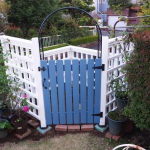 バラの庭づくり(扉とアーチを付けた木製格子のフェンス)。 町田市のガーデンより