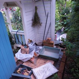 小さな家とレンガの花壇。バラの庭づくり・杉並区のガーデンより